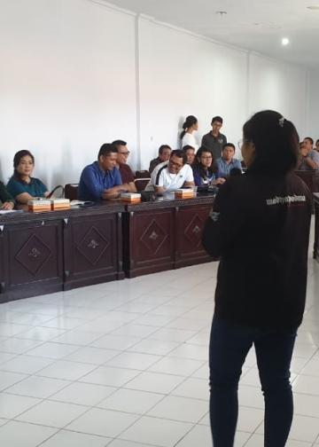 Seorang remaja dari Forum Peneliti Remaja Kota Denpasar  sedang mempresentasikan karya penelitiannya di hadapan anggota HIPMI Denpasar