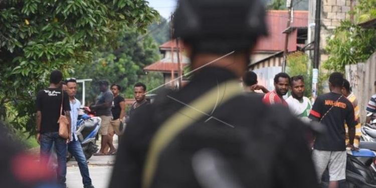 Pengamanan pascaunjuk rasa anarkis di Jayapura --- Personil Brimob berjaga di sekitar Asrama Mahasiswa Nayak Abepura di Kota Jayapura, Papua, Minggu (1/9/2019). Pengamanan di asrama tersebut bertujuan untuk menghindari bentrokan antar kelompok warga yang sempat terjadi pada Minggu (1/9/2019) dini hari. ANTARA FOTO/Zabur Karuru/foc.