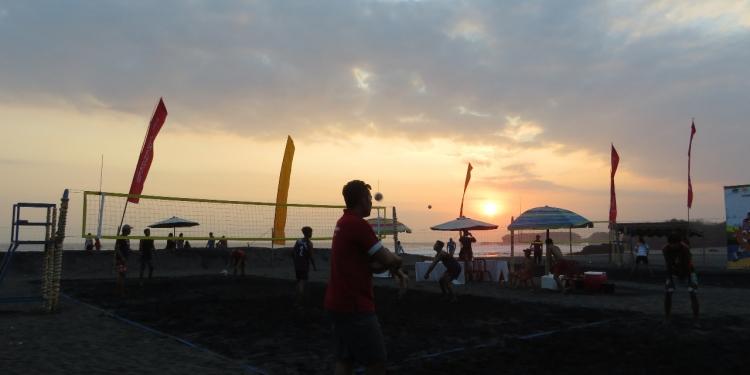 Pertandingan Voli Pantai Porprov Bali 2019 di Pantai Kelecung Tabanan dengan latar belakang sunset (Foto: Made Nurbawa)