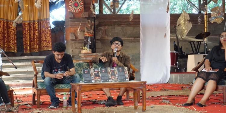 Juli Sastrawan (pegang mik) saat bicara soal komunitas sastra pada Festival Seni Bali Jani 2019 di Taman Budaya Denpasar