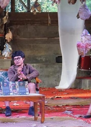 Wulan Dewi Saraswati, pegang mik