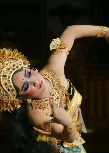 Salah satu penari Oleg dalam Lomba tari Oleg Tamulilingan, Bali Mandara Nawanatya II-2017, Gedung Ksirarnawa, Taman Budaya, Rabu 17 Mei 2017. [Foto: Widnyana Sudibya]