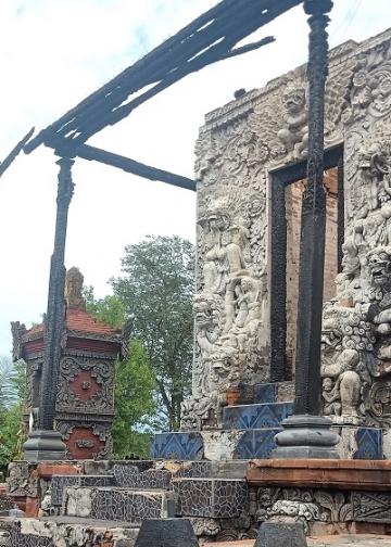 Salah satu pelinggih di Pura Dalem Banjar yang terbakar [Foto-foto: Ole]