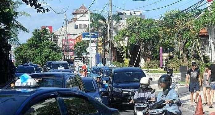 Gambar: Kemacetan parah di Denpasar. Pertambahan kendaraan pribadi lebih besar daripada perluasan kendaraan dan tempat parkir.  [Foto: penulis]