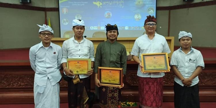 Ketua DPK Peradah Indonesia Bangli, I Ketut Eriadi Ariana atau Jero Penyarikan Duuran (paling kiri), Eka Guna Yasa (tengah), Wiwin Suyasa (nomor dua dari kanan) bersama panitia diskusi.