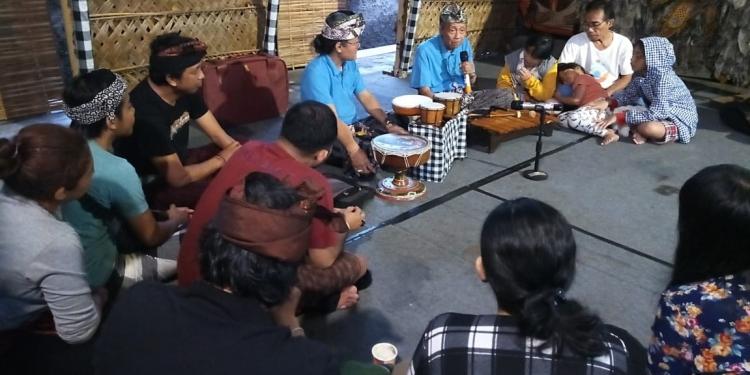 Made Taro mengajar orang tau mendongeng di Penggak Men Mersi, Denpasar, Minggu, 9 Februari 2020