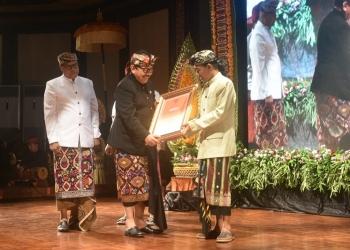 Putra Ida Bagus Sunu mewakili ayahnya menerima penghargaan dari Wagub Cok Ace