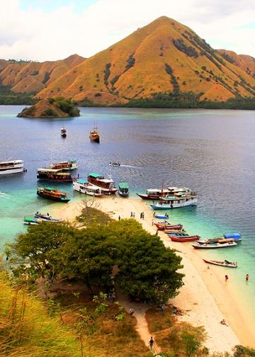 Kapal-kapal yang Berlabuh di Sekitar Pulau Kelor [Foto: IK Gde Subagia]