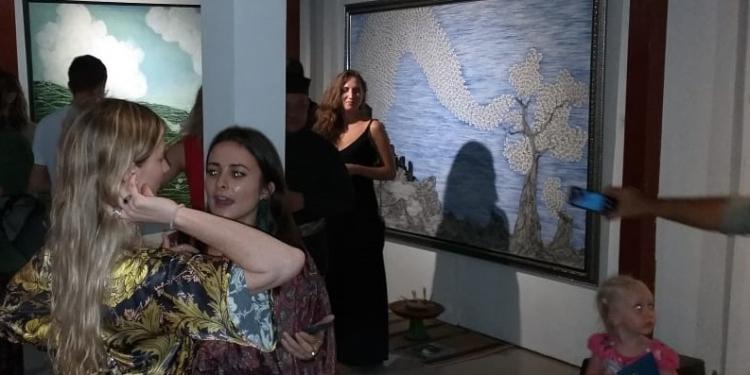 """Suasana pembukaan pameran karya Pelukis I Ketut Suasana (42) yang akrab disapa """"Kabul""""  di Puri Anom Jl. Gunung Agung 5 Dajan Peken, Tabanan, Minggu 9 Februari 2020,"""