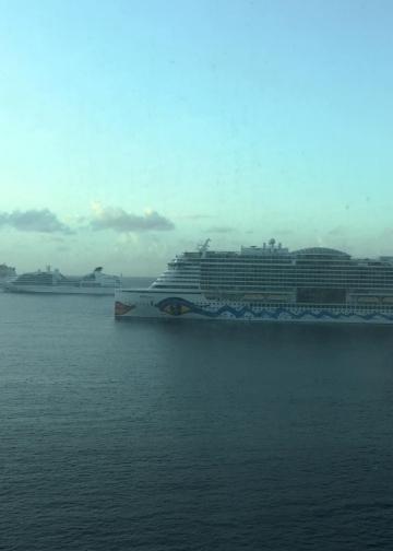 Kapal pesiar di tengah lautan {foto Alit Jouli]