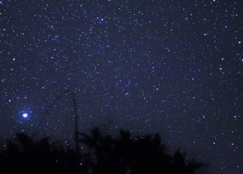 Mengintip bintang dari Rumah oleh Amrita