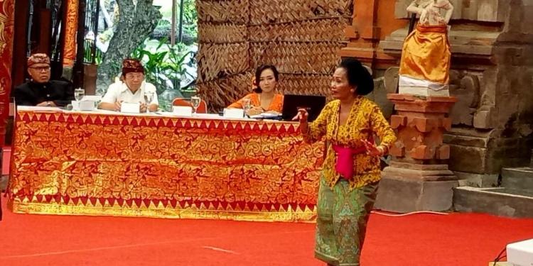 Ni Nyoman Tjandri mempergakan style arja Singapadu dalam Kriyaloka (Workshop) Arja Klasik di Kalangan Angsoka, Taman Budaya Provinsi Bali, Selasa 3 Maret 2020.