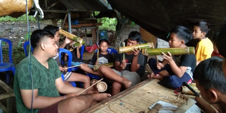 Anak-anak di Desa Penuktukan, Tejakula, Buleleng, sedang mempersiapkan diri dengan melakukan sedikit latihan untuk persiapan di hari pengerupukan serangkaian Hari Raya Nyepi tahun 2020.