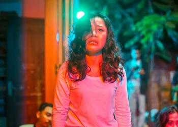 """Pentas Teater """"Kaukah itu, Ibu"""" dari Teater Mahima dalam acara Mahima March March March 2020 [Foto: Komang Jayen]"""
