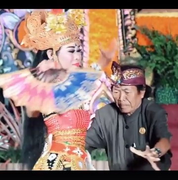 Ketut Jingga sedang ngibing [Foto dipotong dari video Rahul Khana/facebook]