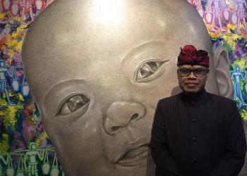 I Wayan Kun Adnyana selaku Kepala Dinas Kebudayaan Provinsi Bali foto di belakang lukisannya yang berjudul New Passion.