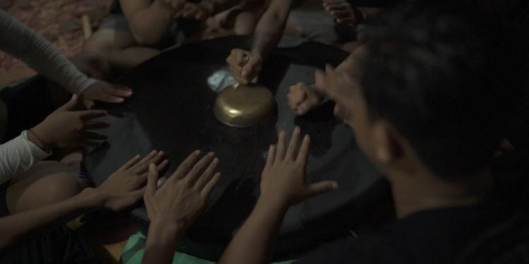 Karya musik teaterikal dalam acara Unjukarya Vol 1 di tepi Sungai Ijo Gading Jembrana
