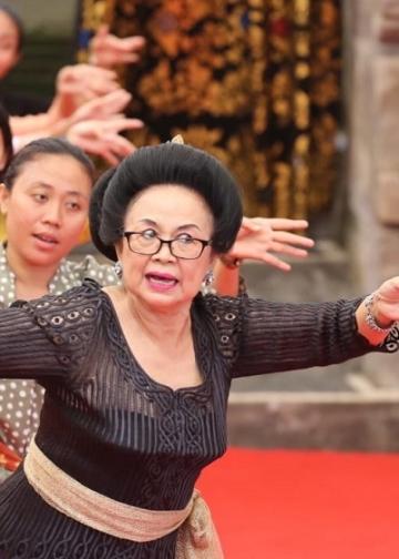 Ibu Swasthi Bandem, istri dari Prof. Bandem, saat memberi arahan dalam  acara Kriyaloka (workshop) Janger Melampahan yang merupakan rangkaian kegiatan Pesta Kesenian Bali ke-42, di Taman Budaya, Denpasar, Jumat 6 Maret 2020.