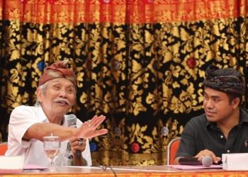 I Gusti Putu Rakadhanu (kiri) dengan moderator Made Sugianto dalam workshop Lagu Pop Bali di Taman Budaya Denpasar