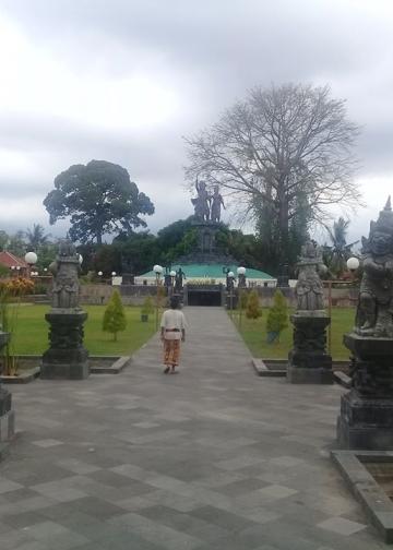 alan setapak menuju Monumen yang dihiasi oleh jejeran patung, kolam hias dan hamparan rerumputan (Foto N.G. Suardana).