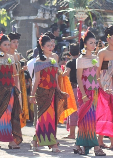 Traditional cloth (Rangrang)-wonderful Nusa Penida. Sumber foto:wonderfulnusapenida.com