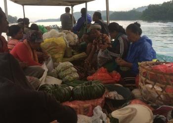 Obrolan di Atas Sampan Menuju Nusa Lembongan. Sumber foto: warnahiduptashya.com