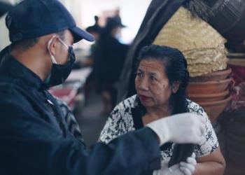Kegiatan sosial Karang Taruna Desa Bungkulan, saat pembagian masker di pasar Bungkulan, Buleleng, Bali