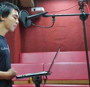 Agus Wiratama dari Teater Kalangan mengisi suara dalam program S-Express 2020 Indonesia