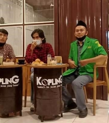 Penulis (paling kiri) saat diskusi buku Menjerat Gus Dur di Kafe Kopling Singaraja