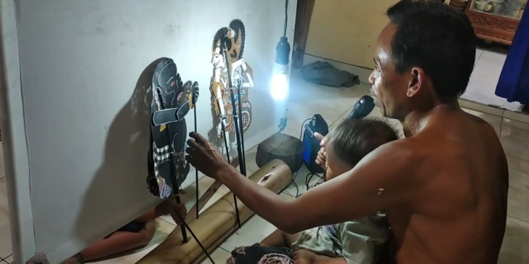 I Nyoman Netep bersama cucu ngewayang di rumah saat pandemi Covid-19