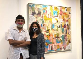 Seniman Teja Astawa dan Isterinya Berpose di Depan Lukisannya [Foto: Putri Handayani]