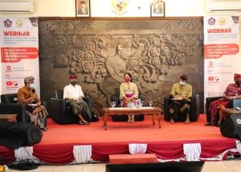 """webinar bertajuk """"Koleksi Gedong Kirtya Sebagai Rujukan Para Pemikir Bali dan Dunia"""" yang digelar Pemkab Buleleng bersama STAHN Mpu Kuturan Singaraja di Rumah Jabatan Bupati Buleleng, Kamis (3/9) sore."""