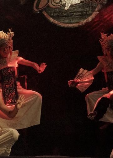 """Pementasan """"Kenapa Legong"""" yang dibawakan oleh Komunitas Bumi Bajra Sandhi dalam kegiatan Panggung Seni Online Streaming, Rabu, 30 September 2020 [Foto Dok Antida]"""
