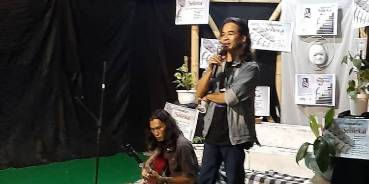 Penyair Wayan Jengki Sunarta (berdiri) saat peluncuran buku Solilokui di JKP Denpasar