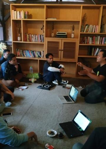 Jong menyampaikan proses menulis puisi dalam workshop puisi Siar Siur Kalangan