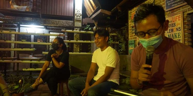 Pembicara dalam acara bedah buku di Warung Men Brayut Denpasar