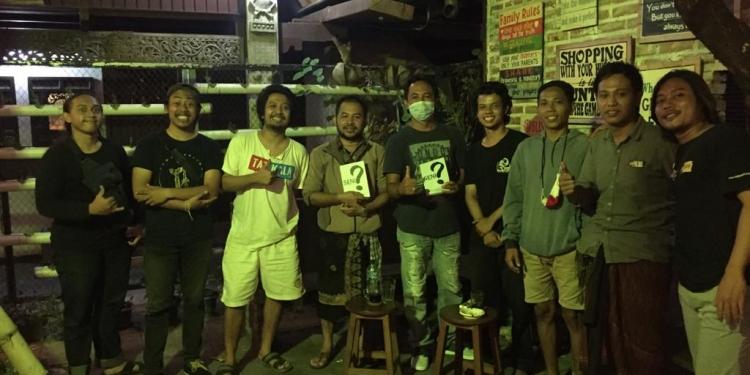 Pembedah Kadek Wahyudita, moderator, seniman dan penulis saat diskusi buku Seni Mu Dibw ke Mana? di Warung Men Brayut Denpasar
