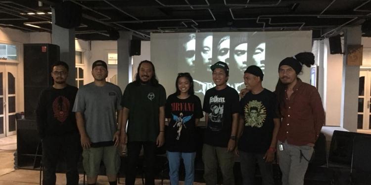 Ki-ka: oink (bass), Reo (Gitar), Michael (Gitar), Indi Larin (Videographer), Gus Cilik (Drummer), Gus Botak (Vocal), Pohon Tua (PTC)