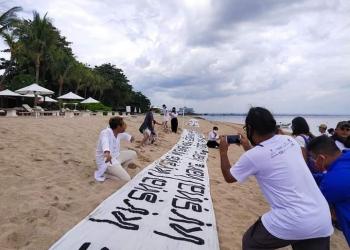 Dalam acara Art and Peace, 2.000 meter kain bertuliskan kutipan pesan perdamaian dari tokoh-tokoh dunia dengan berbagai ragam bahasa.