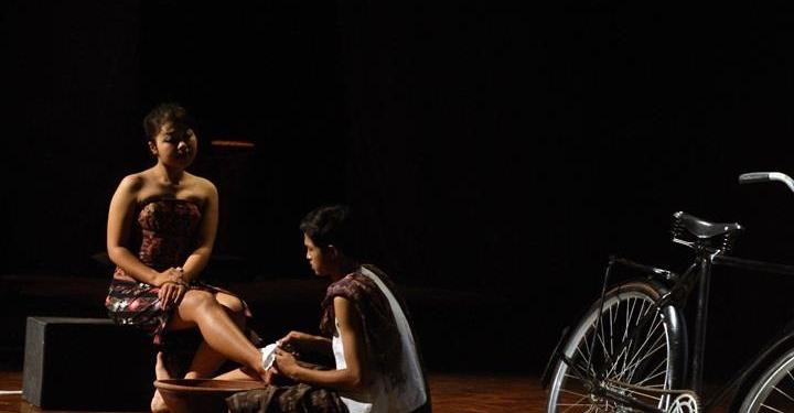 Foto ilustrasi: Pementasan teater Negeri Perempuan oleh Komunitas Mahima di Taman Budaya Denpasar 19 Juni 2012 [Foto Agus Wiryadi]
