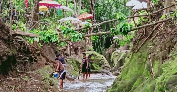 Warga Banjar Gelulung Sukawati Gianyar di Tukad Bembeng [Foto=foto Sukaya Sukawati]