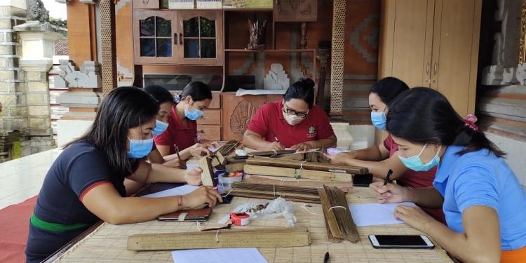 Penyuluh bahasa Bali Gianyar melakukan identifikasi lontar