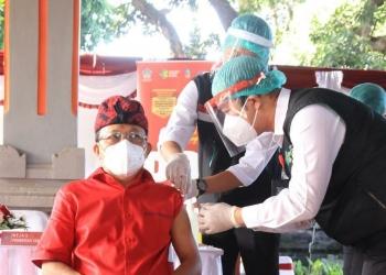 Gubernur Wayan Koster disuntuik vaksin dosis kedua, Kamis 28/1/2021
