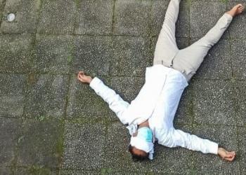 "Surya Darma latihan dalam rangka Performance Art  ""BLIND IN PARADISE"""