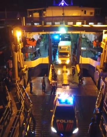 Potongan video pengawalan vaksin Covid-19 dari kepolisian saat keluar dari pintu Pelabuhan Gilimanuk, Senin malam.