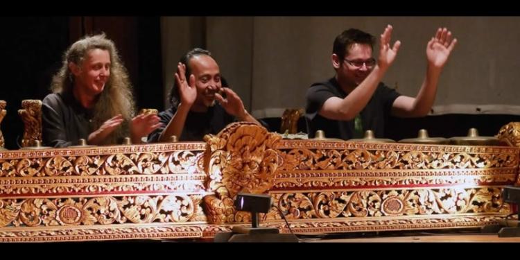 Wayan Gde Yudane (penulis), tengah. [Foto diambil dari laman facebook Wayan Gde Yudane post tertanggal 14 Mei 2020