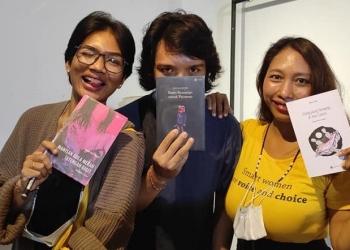 Kadek Desi Nurani bersama buku Manisan Gula Merah Setengah Gigit, Agus Wiratama (Kado Kematian untuk Pacarmu) dan Devy Gita Augustina (Elang yang Terbang di Hari Senin).