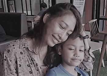 Ilustrasi | Penulis bersama anaknya