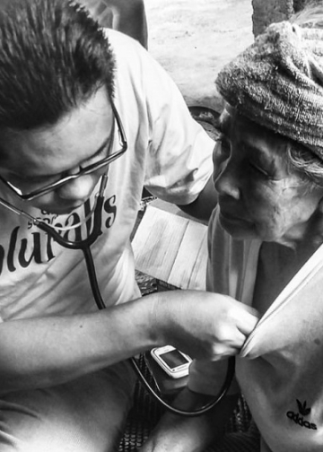 Dokter Arya (penulis) memeriksa pasien