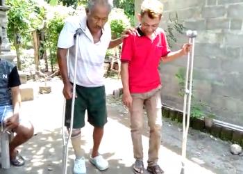 Made Sumanasa belajar berjalan menggunakan kaki palsu dari bahan sampah plastik